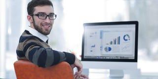 Бизнесмен анализируя финансовые диаграммы на компьютере Стоковые Изображения RF