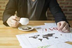 Бизнесмен анализирует финансовое планирование прогнозирования тенденции года 2017 диаграммы отчета в кофейне кафа Стоковая Фотография RF
