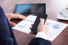 Бизнесмен анализируя диаграмму Стоковое Фото