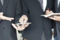 Бизнесмен анализируя и обсуждая с таблеткой и тетрадью b Стоковые Фотографии RF