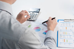 Бизнесмен анализируя отчет, концепцию эффективности бизнеса Стоковое Фото
