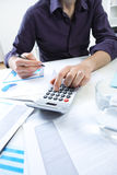 Бизнесмен анализируя финансовые данные Стоковое Фото