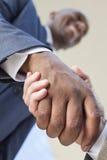 бизнесмен афроамериканца вручает трястить человека Стоковое Изображение RF
