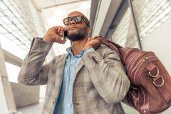 Бизнесмен Афро американский с устройством Стоковая Фотография RF