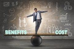 Бизнесмен балансируя между ценой и преимуществом в conce дела стоковые фотографии rf