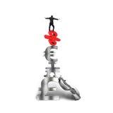 Бизнесмен балансируя на красных символах валюты фунта знака процентов Стоковые Фотографии RF