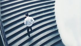 Бизнесмен бежать быстро вверх рост вверх по концепции успеха Стоковые Изображения