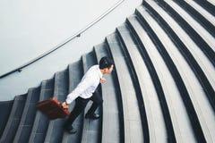Бизнесмен бежать быстро вверх рост вверх по концепции успеха Стоковые Фото