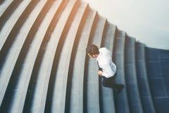Бизнесмен бежать быстро вверх рост вверх по концепции успеха Стоковое Изображение