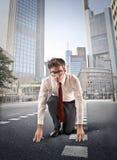 Бизнесмен бежать в городе Стоковое фото RF