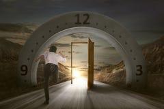 Бизнесмен бежать к открыть двери под сводом ворот Стоковое Изображение RF