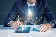 Бизнесмен бежать на мобильных устройствах в сети стоковая фотография rf