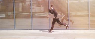 Бизнесмен бежать на улице Стоковая Фотография