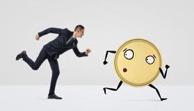 Бизнесмен бежать после золотой монетки с оружиями и ногами на белой предпосылке Стоковое фото RF