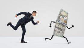 Бизнесмен бежать после confused долларовой банкноты с оружиями и ногами Стоковое Фото