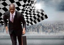 Бизнесмен бежать с портфелем против горизонта с солнцем и checkered флагом Стоковое фото RF
