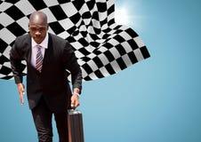 Бизнесмен бежать с портфелем против голубой предпосылки с пирофакелом и checkered флагом Стоковое Фото