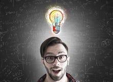 Бизнесмен битника и малый эскиз электрической лампочки Стоковое Фото