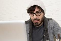 Бизнесмен битника корпоративного портрета молодой испанский привлекательный работая с домашним офисом компьютера современным Стоковые Изображения RF