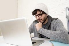 Бизнесмен битника корпоративного портрета молодой испанский привлекательный работая с домашним офисом компьютера современным Стоковое Изображение RF