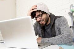 Бизнесмен битника корпоративного портрета молодой испанский привлекательный работая с домашним офисом компьютера современным Стоковое фото RF