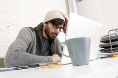 Бизнесмен битника корпоративного портрета молодой испанский привлекательный работая с домашним офисом компьютера современным Стоковые Изображения