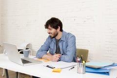 Бизнесмен битника корпоративного портрета молодой испанский привлекательный работая с домашним офисом компьютера современным Стоковые Фотографии RF