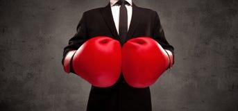 Бизнесмен бокса перед городской серой предпосылкой стены Стоковые Фото