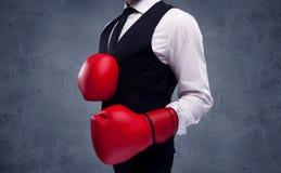 Бизнесмен бокса перед городской серой предпосылкой стены Стоковое фото RF