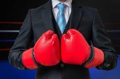 Бизнесмен бокса с красными перчатками в кольце коробки Стоковые Изображения RF