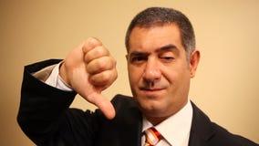 Бизнесмен, большие пальцы руки вниз, отказ, неудачный акции видеоматериалы