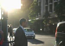 Бизнесмен был около пересечь дорогу в городе внутри после работы стоковое изображение rf