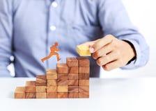 Бизнесмен взбирается вверх на лестнице к цели стоковая фотография rf