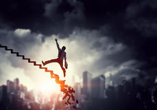 Бизнесмен взбираясь вверх лестница карьеры Стоковое Фото