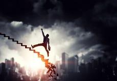 Бизнесмен взбираясь вверх лестница карьеры Стоковые Изображения RF