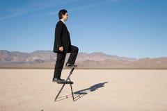 бизнесмен взбираясь вверх стоковые фотографии rf