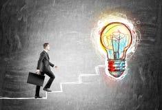 Бизнесмен взбираясь нарисованные лестницы Стоковые Изображения