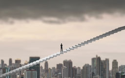 Бизнесмен взбираясь на лестнице над городом смотря вперед, концепция руководства стоковое фото