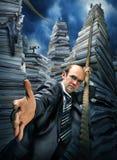 бизнесмен взбираясь приглашающ к поднимающему вверх вас Стоковые Изображения RF