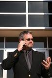 бизнесмен вне телефона стоковые изображения rf