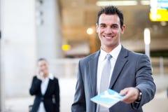 бизнесмен воздуха вручая над билетом стоковое изображение rf