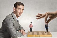 Бизнесмен воюя на доске стоковое изображение