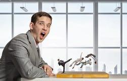 Бизнесмен воюя на доске стоковая фотография rf