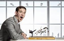 Бизнесмен воюя на доске стоковая фотография