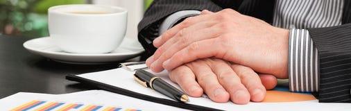 Бизнесмен во время деловой встречи Стоковое Изображение RF