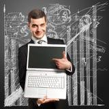 бизнесмен вручает его компьтер-книжку открытую Стоковое Фото