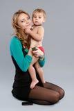 бизнесмен вручает ее детенышей мати сидя Стоковое Изображение RF