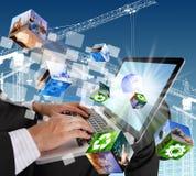 Бизнесмен вручает печатать на соединении клавиатуры компьтер-книжки мир Стоковое Фото