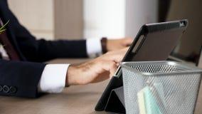 Бизнесмен вручает печатать на multitasking компьютера после этого на ПК таблетки сток-видео