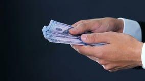 Бизнесмен вручает подсчитывать доллары в наличных деньгах, дела тени, конец-вверх денег акции видеоматериалы
